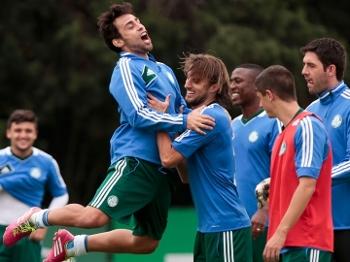 Valdivia (esq) se diverte durante treino do Palmeiras