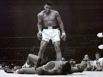 O segundo capítulo da rivalidade: na revanche, Ali derruba Liston, e cena é eternizada pelas câmeras fotográficas