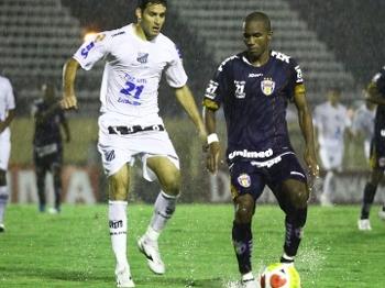 Frontini(E), jogador argentino do Bragantino; e Paulão, do Grêmio-SP, durante partida válida pela décima oitava rodada do Campeonato Paulista 2010.