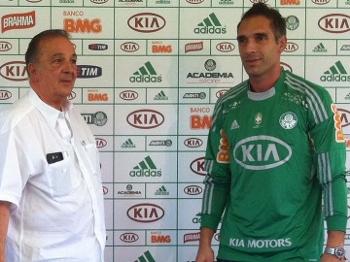 O vice-presidente de futebol Roberto Frizzo apresenta o goleiro Fernando  Prass df6073b4948c8