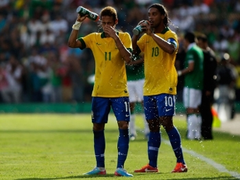 Neymar e Ronaldinho se refrescam durante a primeira etapa em Santa Cruz de la Sierra