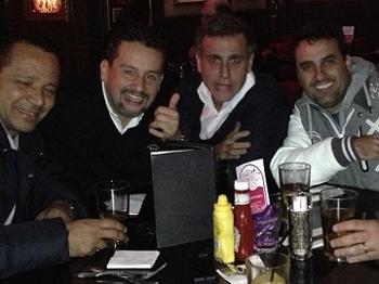 Marcos Malaquias e André Cury ao lado de Neymar pai durante amistosos da seleção
