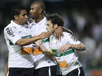 O meia Lincoln comemora com os companheiros após marcar o primeiro gol do Coritiba no jogo