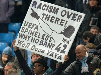 Torcedor leva faixa de apoio a Touré, que reclamou de racismo na Rússia