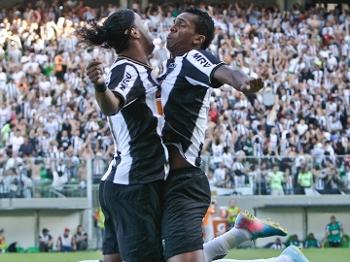Ronaldinho e Jô comemoram o gol que abriu o placar para o Atlético-MG no primeiro jogo da final contra o Cruzeiro