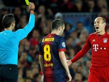 Robben reclama com a arbitragem após ser advertido com cartão amarelo