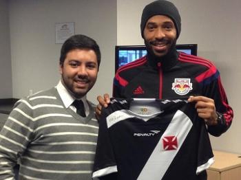 Henry expõe torcida pelo Vasco no Carioca e ganha camisa do clube em ... 02e2a32ed690d