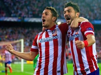 Koke comemora com Villa ao abrir o placar para o Atlético de Madri contra o Barcelona no jogo de volta das quartas de final da Champions League