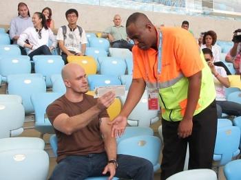 A atuação dos stewards (de laranja) no auxílio aos torcedores