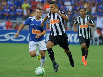 Everton Ribeiro e Aklex Silva disputam lance na final