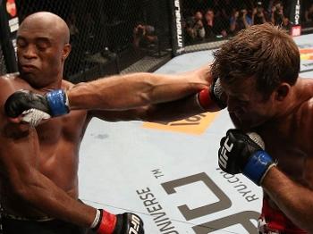 Anderson se esquiva de soco de Bonnar no UFC rio