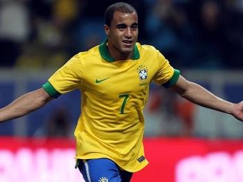 Lucas fechou o placar, de pênalti; seu primeiro gol em 2013