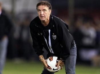 Cuca segura bola durante Olimpia x Atlético-MG