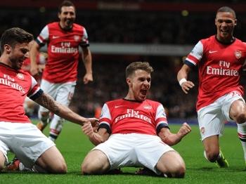 e0d8289e840f6 Ramsey comemora o segundo gol da vitória do Arsenal sobre o Liverpool ao  lado de Giroud