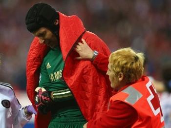 Cech foi substituído depois de lesionar o braço direito