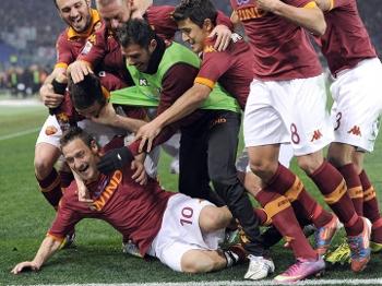 Totti é ovacionado por companheiros de time após gol na Juve
