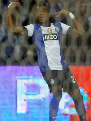 Kelvin faz a festa após fazer o segundo gol do Porto
