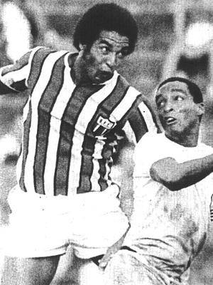 Geraldão (esq), do Botafogo-SP, tenta cabeçada durante partida contra o Comercial