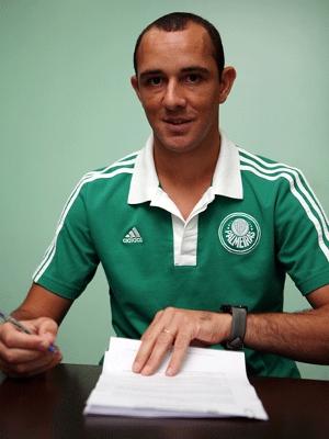 Josimar assinou o contrato vestindo a camisa do clube alviverde