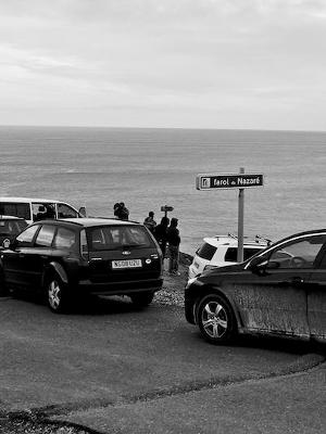 Carros estacionados no Farol de Nazaré. Deste ponto é possível observar as ondas