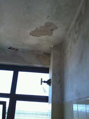Banheiro sujo e em condições precárias