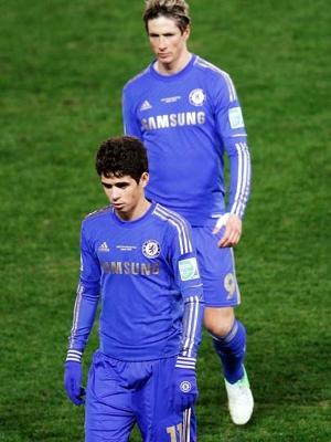 Fernando Torres e Oscar deixam o gramado depois da derrota do Chelsea