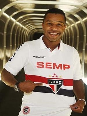 Dorlan Pabón posa com a camisa do São Paulo