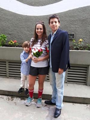 Camila ao lado dos filhos Dudu (5 anos) e Guilherme (18 anos)