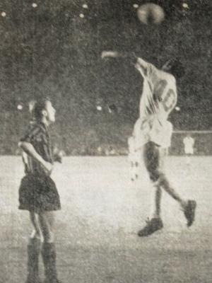 Os jogadores Almir(no alto), do Santos FC; e Trapattoni(E), do Milan, da Itália, durante a segunda partida válida pelas finais do Mundial Interclubes
