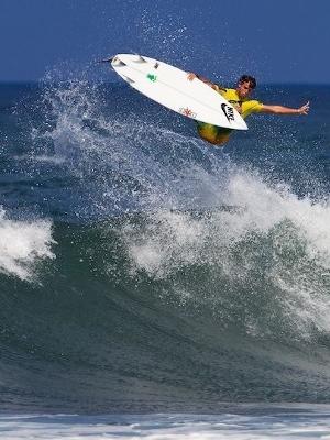Alejo Muniz voando alto de frontside