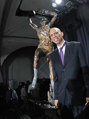 Kareem Abdul-Jabbar teve estátua inaugurada ao lado do Staples