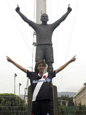 Romarinho com a estátua de seu pai, Romário, no Vasco