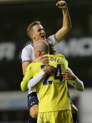 Friedel é festejado por Kane após a vitória do Tottenham