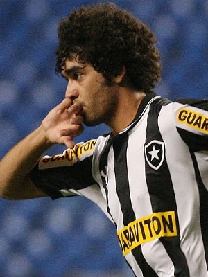 Bruno Mendes comemora ao marcar para o Botafogo contra o Atlético-GP