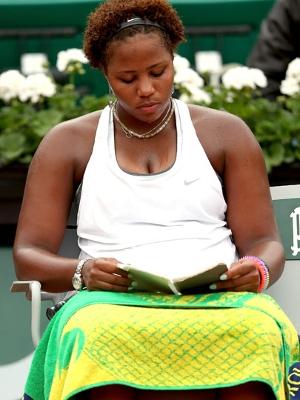 A tenista confere seu tablet em intervalo de partida em Roland Garros