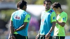 Paulinho (costas) e Fred durante o treino da seleção brasileira em Teresópolis