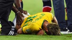 Neymar recebe o primeiro tratamento ainda em campo
