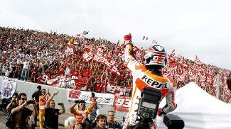 Marquez comemora o título com a torcida, em Valencia