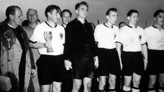 Capitão Fritz Walter segura a Taça Jules Rimet pela conquista mundial de 1954