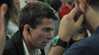 Bernard ouve um som antes do Prêmio Bola de Prata 2012