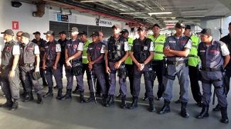 Policiais fizeram uma barreira de isolamento