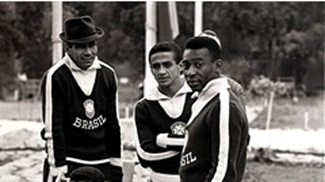 Altair (centro), entre Nilton Santos e Pelé durante a Copa de 1962, no Chile