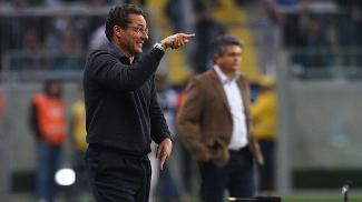 Vanderlei Luxemburgo orienta o Grêmio durante o empate com o São Paulo