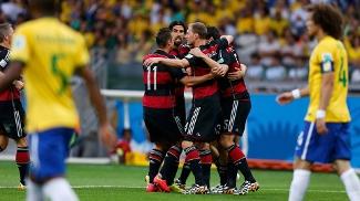 Jogadores da Alemanha comemoram gol de Mulelr