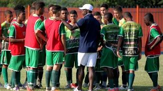 Seedorf comanda um treino com os jogadores do Nova Iguaçu