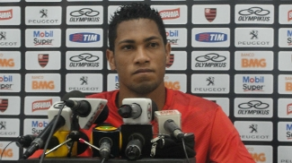 Hernane em entrevista coletiva no Flamengo