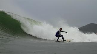 O franco brasileiro Eric Rebieri está sempre conferindo as ondas no norte de Portugal