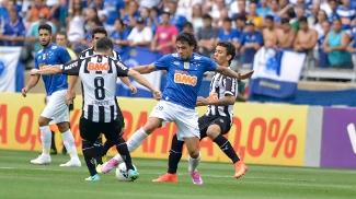 Ricardo Goulart e Leandro Donizete disputam a bola durante Cruzeiro x Atlético