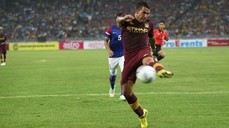 Tevez domina a bola durante amistoso contra equipe da Malásia