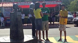 Torcedores deram apoio a Neymar em frente à Granja Comary, neste sábado